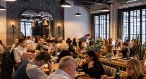 Ristorante-pieno-tavoli-pieni-persone-pranzo-cliente-risultati-TripAdvisor-ADS-Premium
